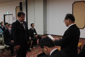 JA南三陸の高橋組合長(右)から辞令交付を受ける斎藤さん(左)